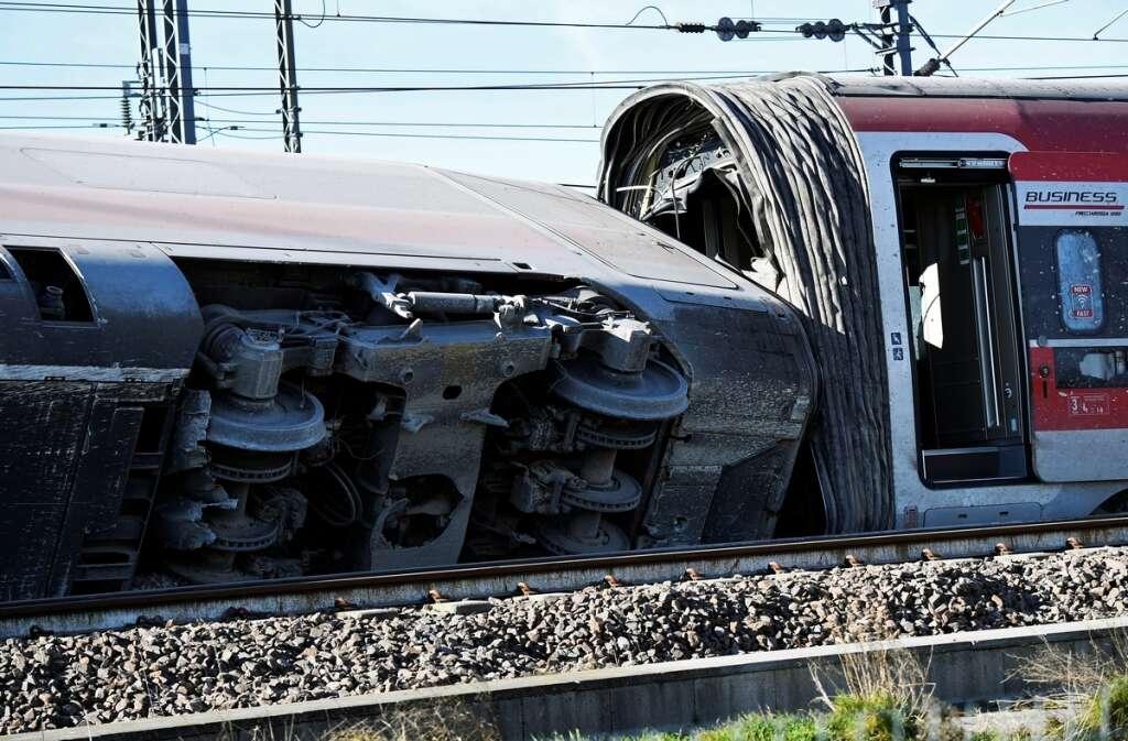 italy, train derailed, rome, salerno